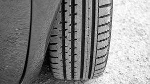 Gros plan sur un pneu de voiture en bon état