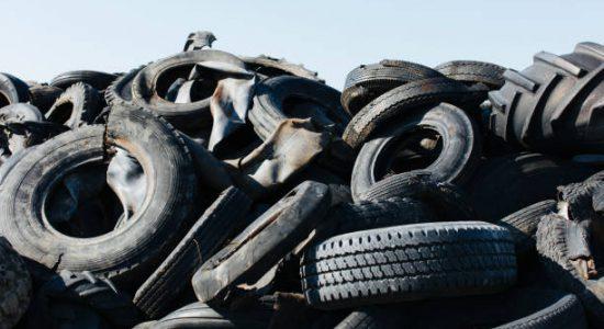 Tas de pneus usagés en déchetterie agréée
