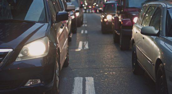 Voiture à l'arrêt à un feu rouge avec le stop and start
